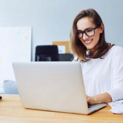 Frau am Notebook ist mit Keywords Analyse fertig und wartet auf den Googlebot