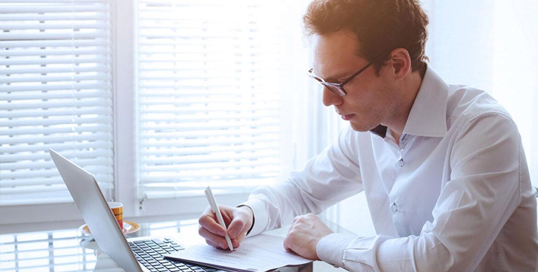 Mann am Notebook hat Keywords Analyse erledigt und wartet nun auf den Googlebot